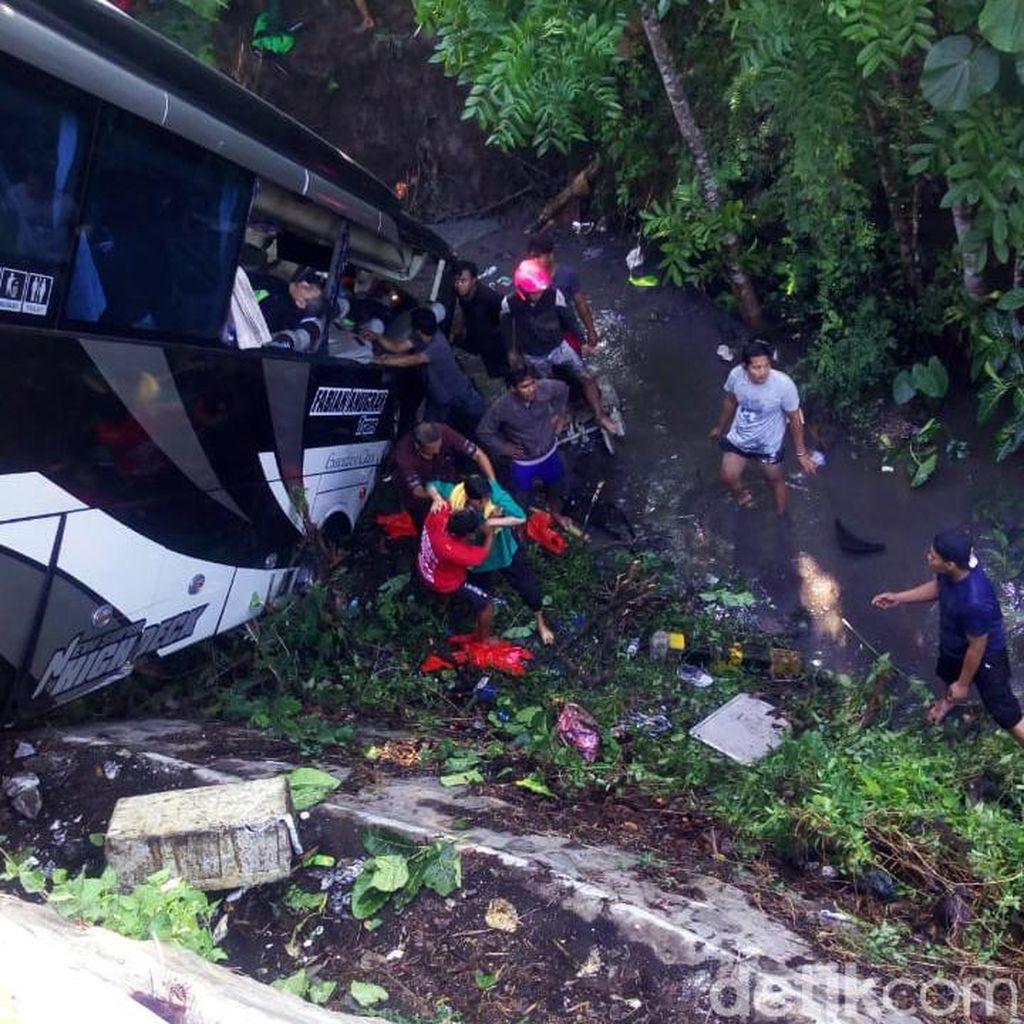 Bus Pariwisata yang Terjun ke Sungai di Blitar Angkut Rombongan Kasek TK
