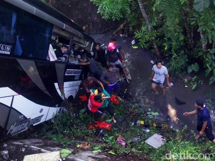 Bus yang terjun ke sungai (Foto: Erliana Riady)