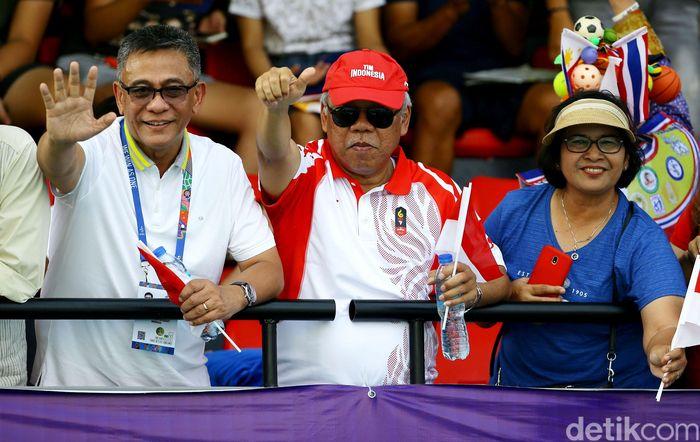 Menteri PUPR Basuki Hadimuljono memberikan dukungan kepada Beatrice Gumulya/Jessy Rompies saat menyaksikan pertandingan tenis ganda putri Indonesia melawan Thailand di Rizal Memorial Tennis Center, Filipina, Sabtu (7/12/2019).