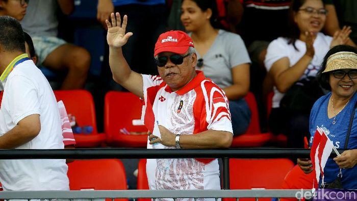 Menteri PUPR Basuki Hadimuljono menyaksikan pertandingan tenis ganda putri Indonesia vs Thailand di SEA Games 2019. Dukungan tak lupa diberikan untuk Bea/Jessy.