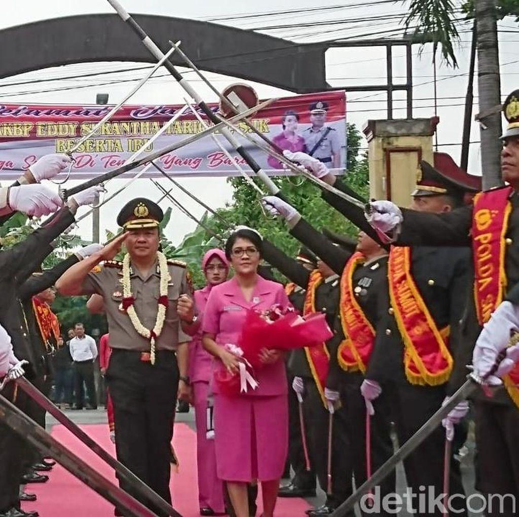 Jabat Kapolresta Deli Serdang, AKBP Yemi Mandega Disambut Pedang Pora