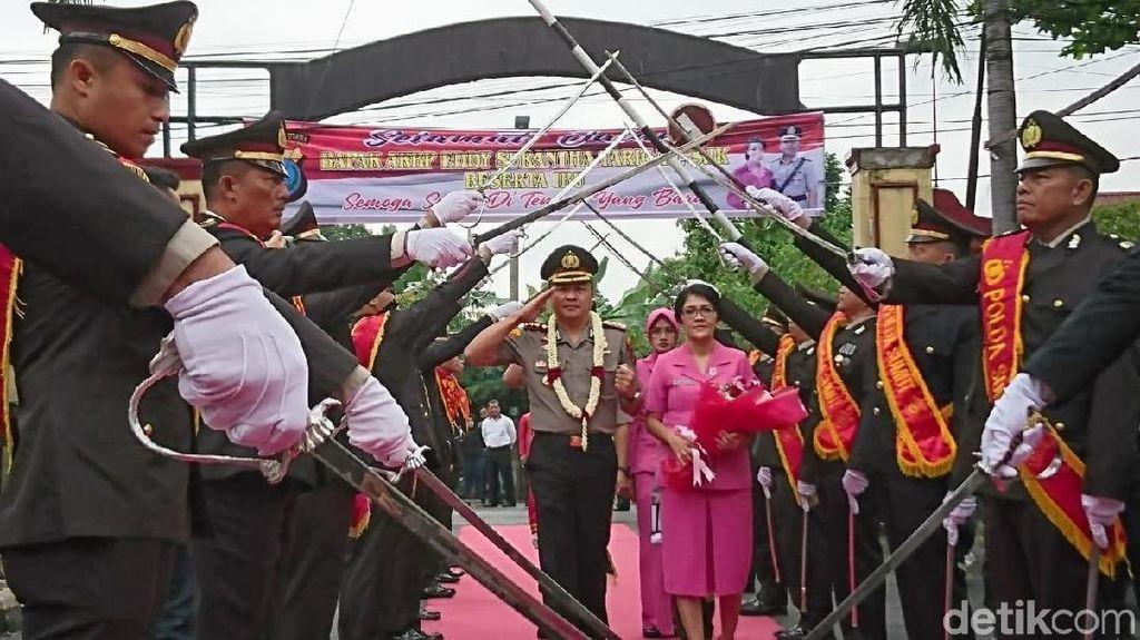 Jabat Kapolresta Deli Serdang, AKBP Yemi Mandagi Disambut Pedang Pora