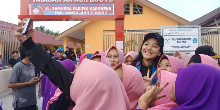 Foto: Putri Tanjung jadi incaran selfie di Palu (M Qadri-detikcom)