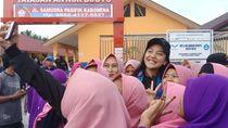 Ikut Resmikan Sekolah di Palu, Putri Tanjung Jadi Incaran Selfie