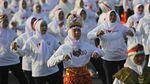 Aksi Ribuan Ibu-ibu Menari Sajojo di Jembatan Suramadu