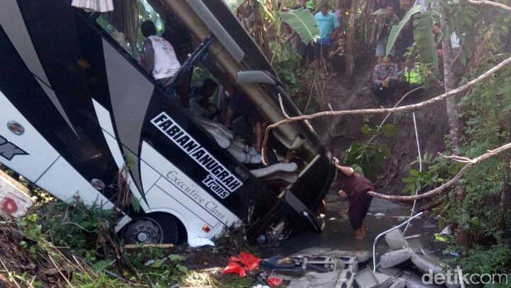 Bus Rombongan Pariwisata Terjun ke Sungai di Blitar