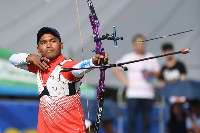 epanah Hendra Purnamalangsung sujud syukur usai menggenggam medali emas di nomor recurve perorangan putra SEA Games 2019 Filipina. Dia membutuhkan tiga jilid pesta olahraga se-Asia Tenggara untuk mewujudkannya.