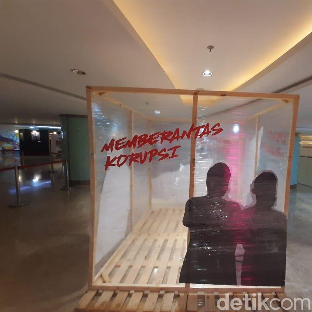 Pelukan Pimpinan KPK Menanti Jokowi di Hari Antikorupsi Sedunia