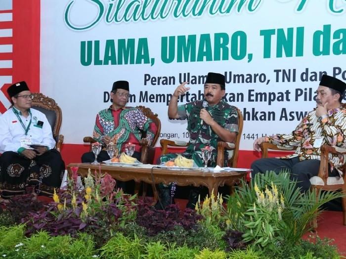 Panglima TNI Marsekal Hadi Tjahjanto menjadi pembicara pada acara Silaturahmi Nasional Ulama, Umaro, TNI, dan Polri di Pekalongan, Jawa Tengah. (Foto: Puspen TNI)