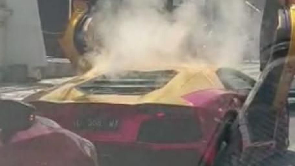 Viral Lamborghini Terbakar di Surabaya, Dua Penumpangnya Semburat