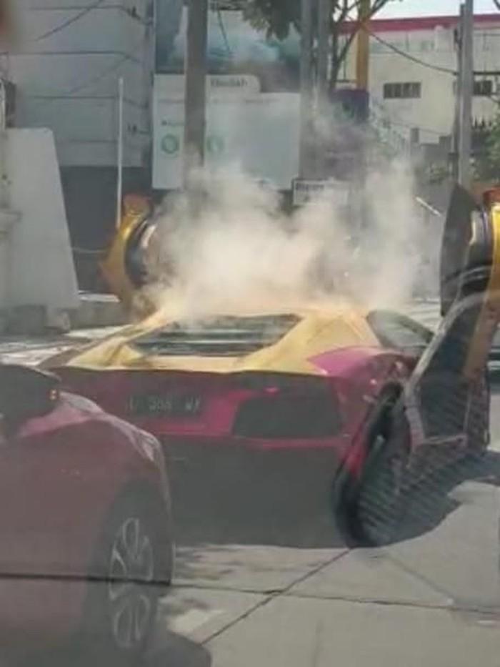 Lamborghini yang terbakar (Foto: tangkapan layar video)