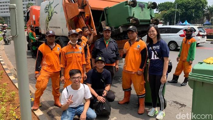 3 Mahasiswa UI bersama pasukan oranye (Foto: Yogi Ernes/detikcom)