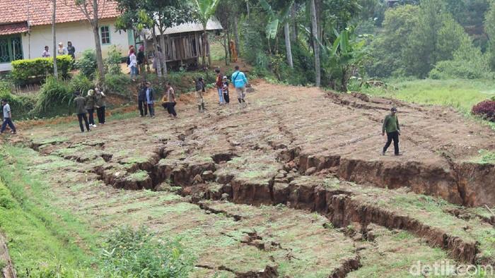 Warga Bunijaya, Kecamatan Gununghalu, Kabupaten Bandung Barat, mulai mengungsi khawatir bencana tanah bergerak. (Foto: Yudha Maulana/detikcom)