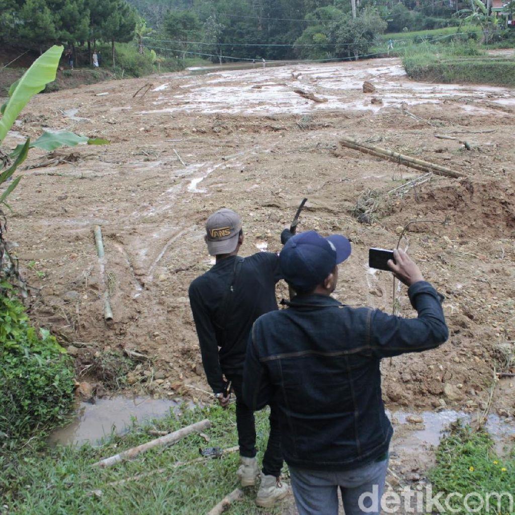 Petugas Kesulitan Pulihkan Jalan yang Tertutup Danau Lumpur di KBB