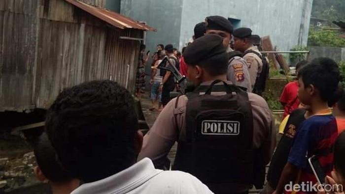 Polisi cek lokasi penemuan mayat balita tanpa kepala di Samarinda. (Foto: Suriyatman-detik)