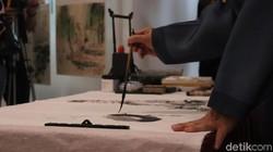 Ada banyak teknik meditasi untuk menyeimbangkan emosi dan pikiran. Salah satu yang unik adalah dengan melukis dengan teknik zen painting.