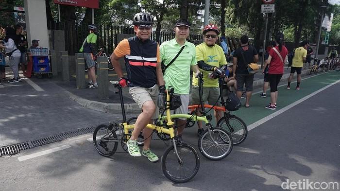 Willy dan dua rekannya aktif bersepeda menggunakan Brompton kesayangan. Foto: Nafilah Sri Sagita/detikHealth