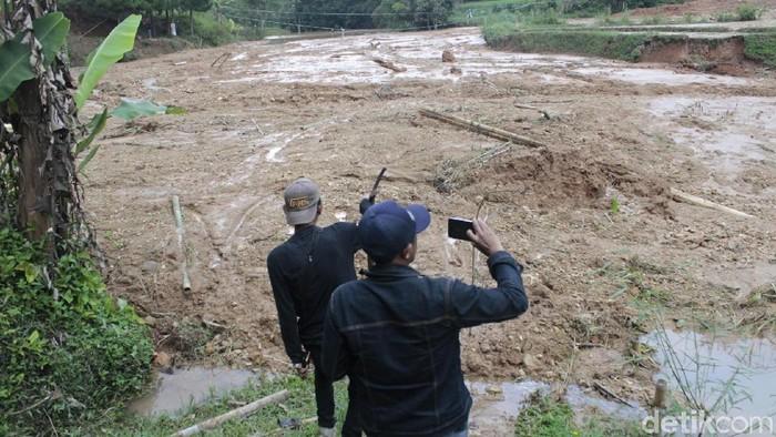 60 jiwa di Gununghalu, Kabupaten Bandung Barat, terisolasi akibat munculnya danau lumpur. (Foto: Yudha Maulana/detikcom)