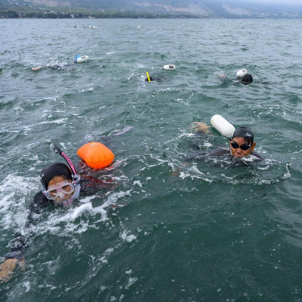 Intip Keseruan Renang Lintas Teluk Palu