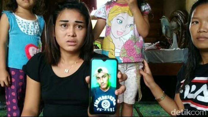 Siti menunjukkan foto pacarnya. (Raja/detikcom)