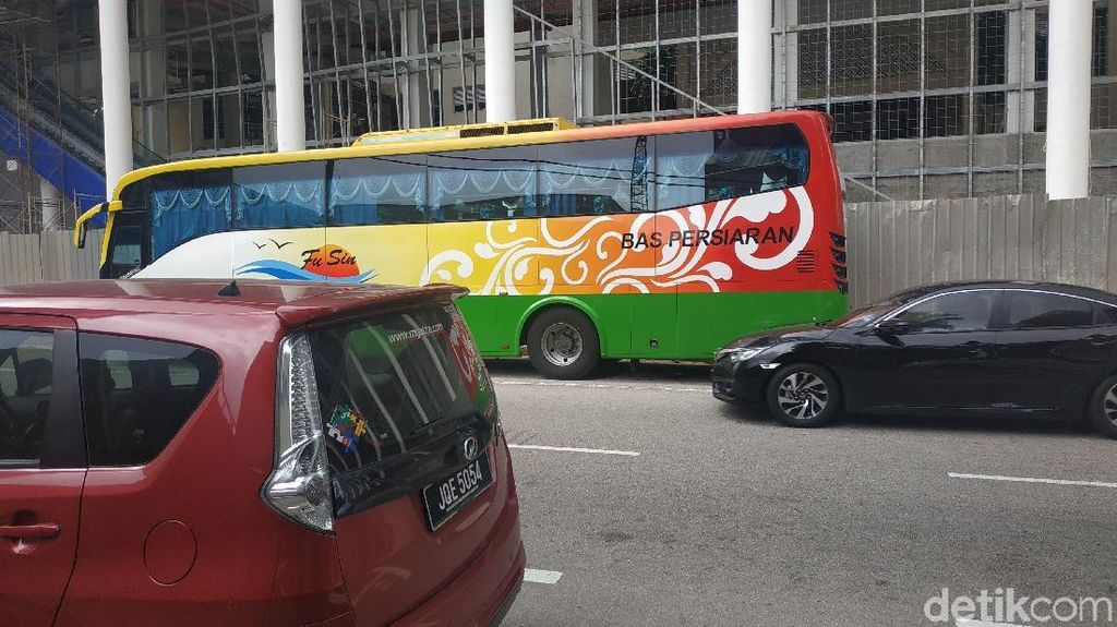 Kereta Hingga Bas Persiaran Wara-wiri di Jalanan Malaysia