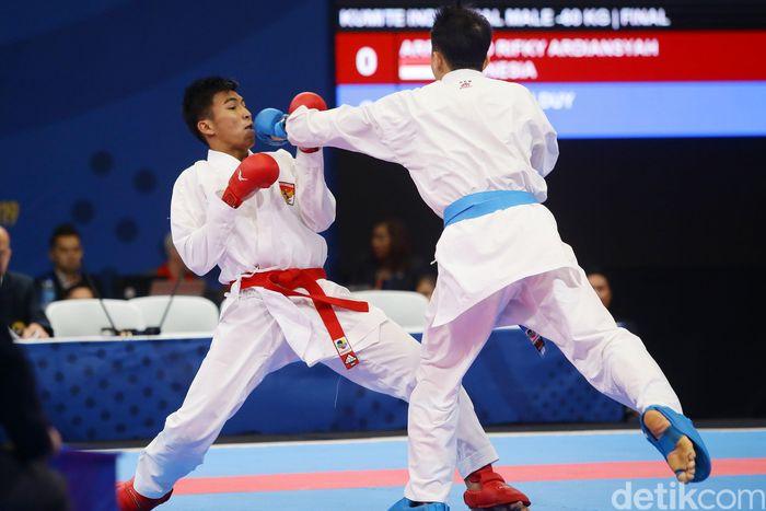 Atlet karate putra Indonesia Rifki Ardiansyah Arrosyiid sukses menyumbang medali perak. Yuk, intip foto-fotonya.