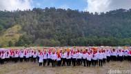 Peringati Hari Ibu, Ribuan Emak-emak Sajojo Massal di Gunung Bromo