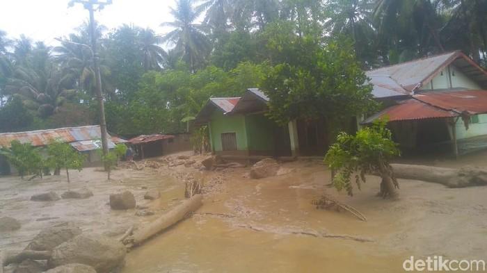 Banjir lumpur merendam 7 rumah di Sigi. (Qadri/detikcom)
