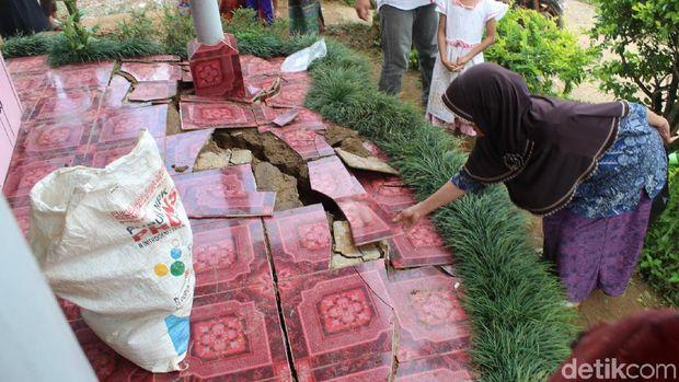 Rawan Pergerakan Tanah, Warga Bunijaya Bandung Barat Mulai Mengungsi