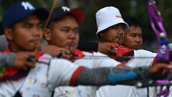 Atlet panahan recurve putra Indonesia Riau Ega Agatha (kedua kanan), Hendra Purnama (kiri), Ryan Rafi Adiputri (kedua kiri) dan Arif Dwi Pangestu mengikuti pelatnas SEA Games 2019 di Lapangan Panahan, kompleks Gelora Bung Karno, Jakarta, Kamis (14/11/2019). Sebanyak 16 atlet panahan Indonesia akan bertanding dalam SEA Games 2019 Filipina pada Desember mendatang. ANTARA FOTO/Sigid Kurniawan/ama.