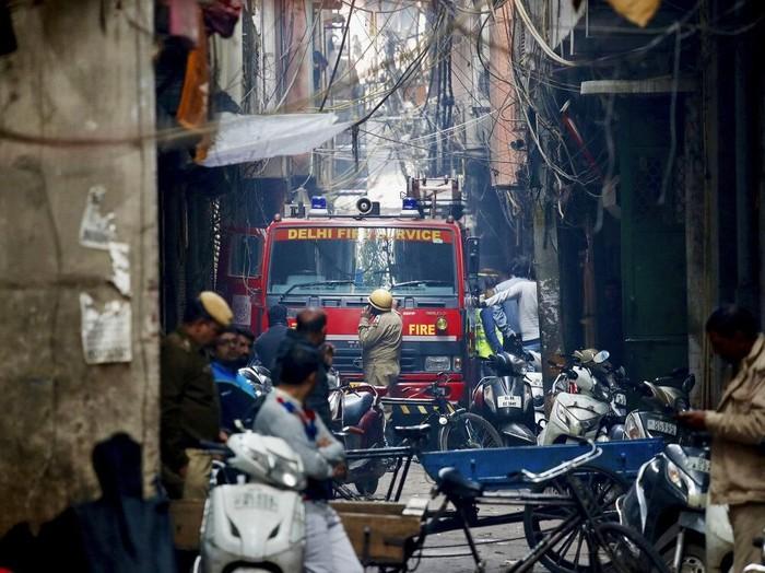 Kebakaran pabrik di India (Foto: AP Photo/Manish Swarup)
