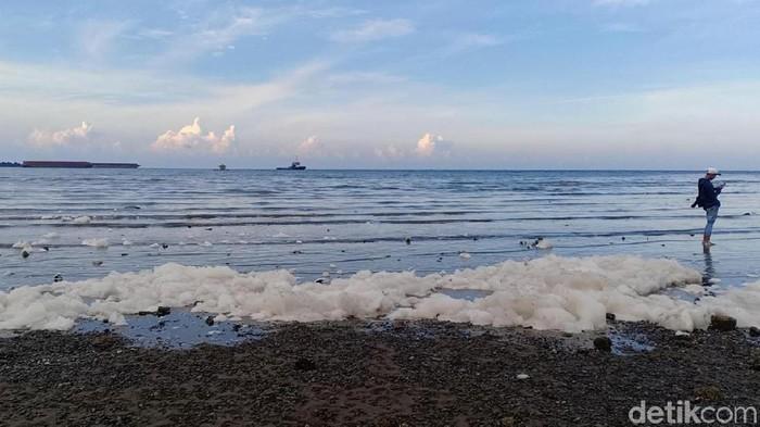 Buih putih terlihat di Pantai Bohai (Foto: M Rofiq)
