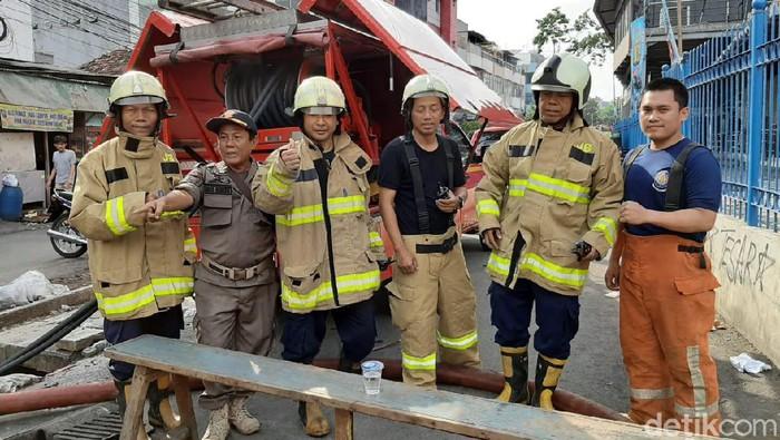 Petugas damkar yang memadamkan api di Mal Lokasari. (Yoki Alvetro/detikcom)