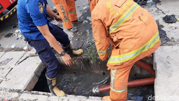 Semangat Petugas Damkar yang Berjibaku Padamkan Api di Mal Lokasari