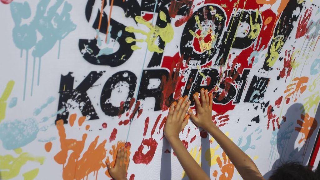 Ramai-ramai Bubuhkan Cap Tangan di Hari Anti Korupsi Sedunia