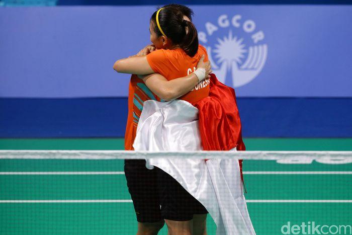 Greysia Polii/Apriyani Rahayu berpelukan usai memastikan medali emas untuk Indonesia.