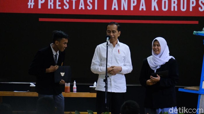 Harley (pria) dan Presiden Jokowi. (Andhika Prasetia/detikcom)