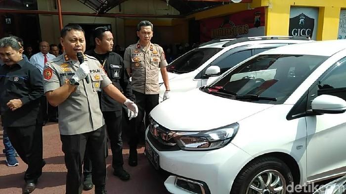 Jumpa pers penggelapan belasan mobil rental di Kabupaten Tegal. (Imam Suripto/detikcom)