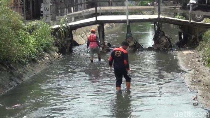 Warga membantu polisi mencari potongan tubuh mayat balita tanpa kepala di Samarinda. (Suriyatman/detikcom)