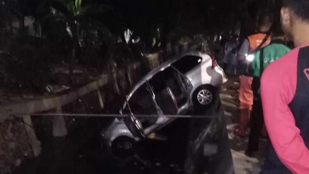 Hindari Tabrakan, Mobil Ini Terperosok ke Selokan di Pulomas Jaktim