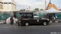 Antisipasi PKL Mangkal, Satpol PP Berjaga di Trotoar Senen