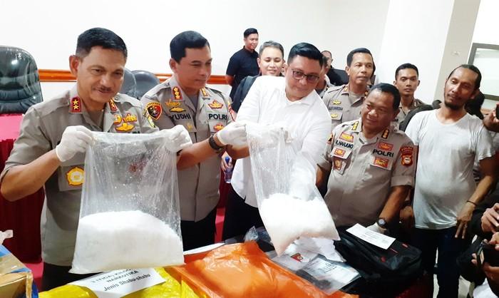 Foto: Konferensi pers penangkapan penyelundup sabu 5 Kg di Makassar (Abdurrahman-detikcom)