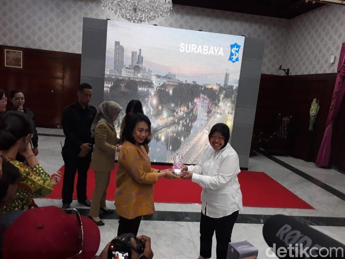 Menteri PPPA I Gusti Ayu Bintang Darmawati dan Wali Kota Risma (Deny Prastyo Utomo/detikcom)