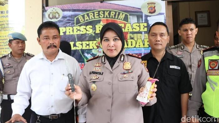 Sepasang kekasih di Bandung menganiaya pengendara motor karena tak terima ditegur saat ngebut. (Dony Indra Ramadhan/detikcom)