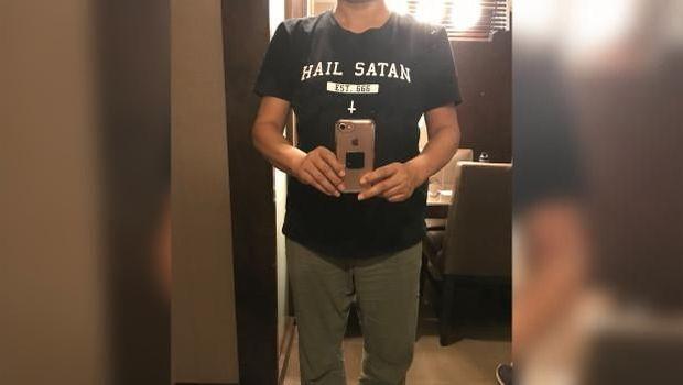 Kaus 'Setan' dan Pakaian Seksi Jadi Masalah di Pesawat