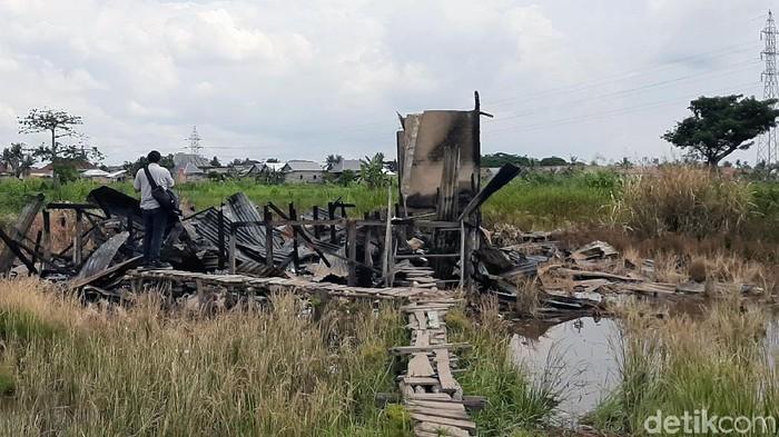 Rumah Siti dibakar pacar (Foto: Raja Adil Siregar)