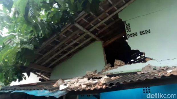 Angin Kencang, Pohon Jabon Tumbang Timpa Rumah Warga