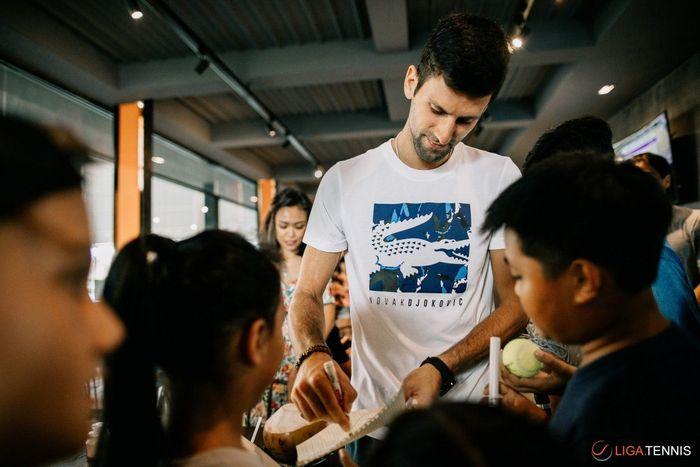 Novak Djokovic berkunjung ke Bali awal Desember ini. Dalam kesempatan ini, ia mampir ke akademi tenis Liga Tennis. (Foto: Liga Tennis)
