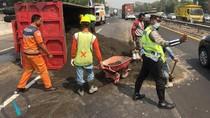 Truk Muat Pasir Terguling di Tol Sidoarjo, Lalu Lintas Sempat Padat