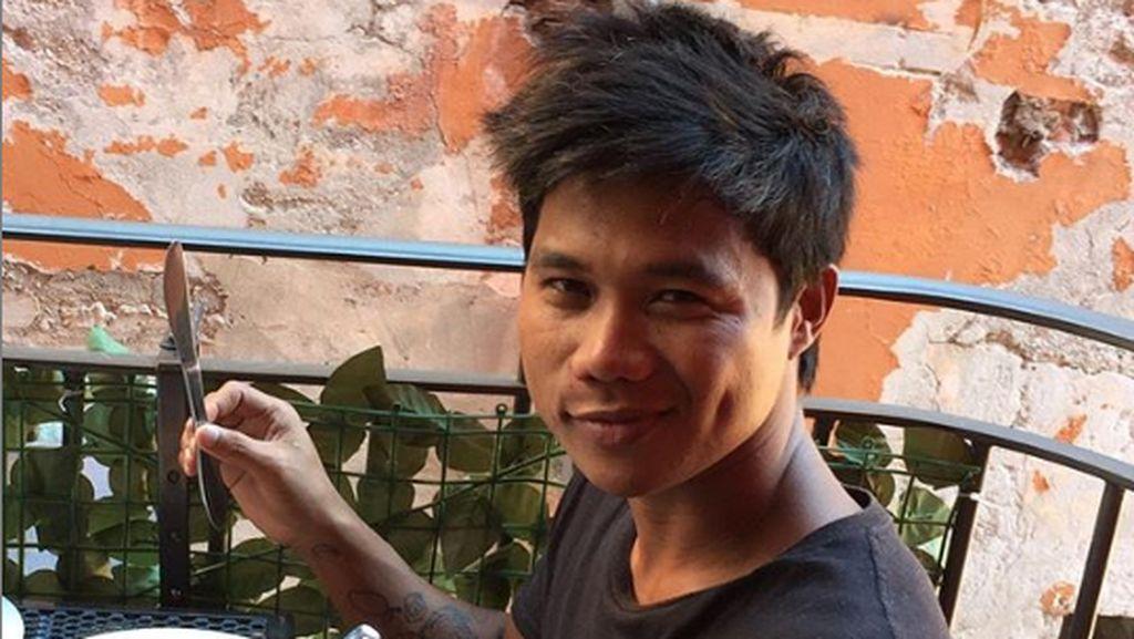 Momen Seru Peselancar Roger Casugay Saat Kulineran di Pinggir Pantai